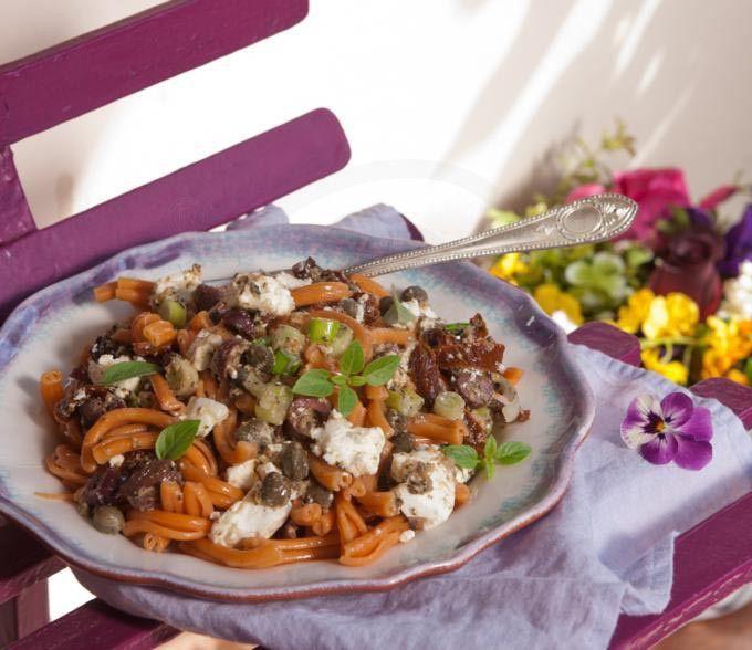 Σαλάτα με στριφτάρια, ελιές, φέτα και πέστο μελιτζάνας