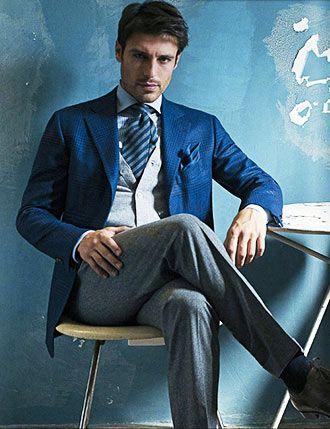 爽やかなブルージャケットに身を包んで落ち着いた大人のメンズ。40代アラフォー男性におすすめのスーツジャケットコーデ。