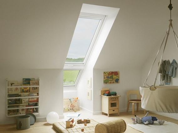 """Kinderzimmer mit VELUX Systemlösung """"LICHTBAND"""" bestehend aus:  Klapp-Schwing-Fenster GPU oben und  Zusatzelement zur Verlängerung nach unten"""