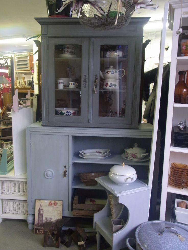 Brocant geschilderde vitrine bovenkast in French grey. VERKOCHT. Onderkast is een brocant dressoir in een licht french grey kleur.