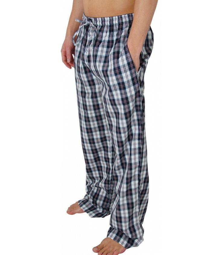 Bequeme und schicke Pyjamahose von Bruno Banani. Die weit geschnittene Hose mit langem Bein bietet einen lockeren Sitz und eine angenehme, bequeme Passform. Sie verfügt über zwei seitliche Taschen und einen gerafften Bund mit Tunnelzug. Vorn mittig wird der Bund von einem Bruno Banani Logo geziert. Für weitere Infos: http://www.boxxers.de/BRUNO-BANANI-Pyjama-Hose-Karos-lang_1