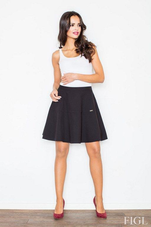 Rozkloszowana czarna spódnica przed kolano