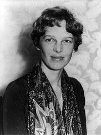 """Amelia Earhart  Amelia Mary Earhart (Atchison, Kansas, 24 de julho de 1897  desaparecida em 2 de julho de 1937) foi pioneira na aviação dos Estados Unidos, autora e defensora dos direitos das mulheres.Earhart foi a primeira mulher a receber a """"The Distinguished Flying Cross"""",[3] condecoração dada por ter sido a primeira mulher a voar sozinha sobre o oceano Atlântico."""