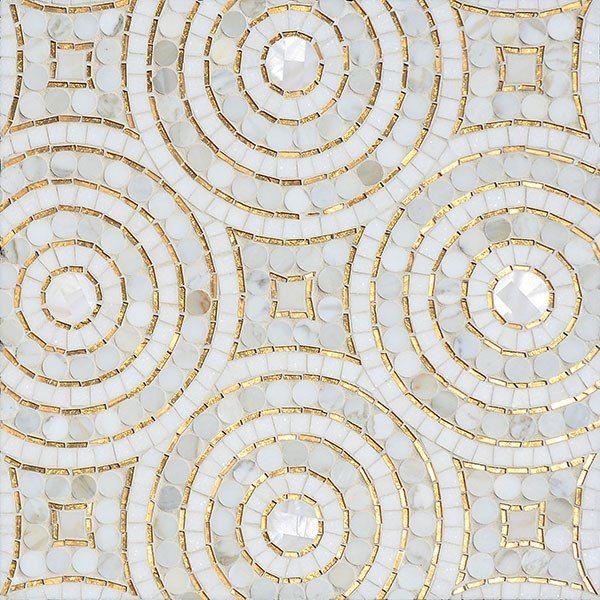 Inspiracion Global por Sara Baldwin. mosaicos cortados a mano de marmol Calacatta y oro de 24K- glass, por Baldwin y ejecutado por atesanos.