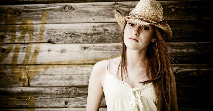 Cómo ajustar un sombrero de vaquero que es demasiado grande. Los sombreros de vaquero a menudo se asocian con la época del Viejo Oeste americano, pero también son piezas contemporáneas que añaden estilo y un toque de diversión a tus conjuntos. Los sombreros de vaquero pueden estar hechos de fieltro o de paja, y tienen un ala ancha que mantiene el sol fuera de tus ojos. Si encuentras que tu sombrero de ...