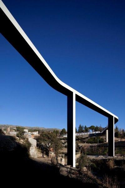 This way the Portuguese architect João Luís Carrilho da Graça describes the Pedestrian Bridge Over The Carpinteira.