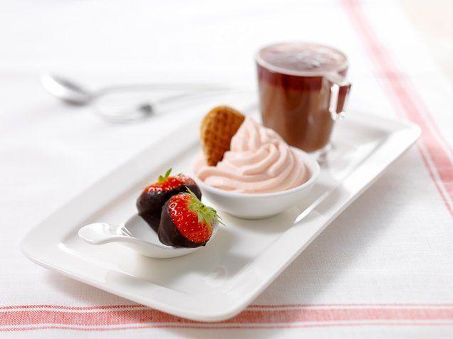 Heerlijk #dessert met drie verschillende uitvoeringen: #chocolade #aardbeien, aardbeien kloppudding en chocoladepudding.