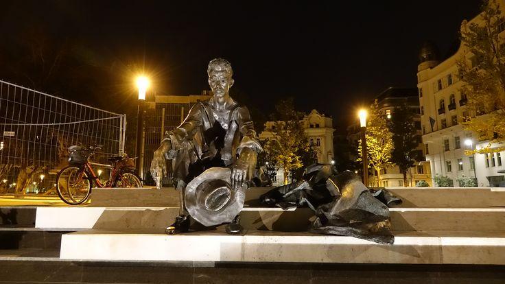 https://flic.kr/p/yPEDBP | Hongrie : Budapest, statue du poête Attila Jozsef | Il est assis en chemise, l'air mélancolique, son chapeau à la main. Cette statue du poète Attila Jozsef, posée au bord du Danube, fleuve qui lui a inspiré l'un de ses plus beaux textes, est chère aux Hongrois.  Attila Jozsef, fils de pauvres et rebelle, qui s'est suicidé en 1937.
