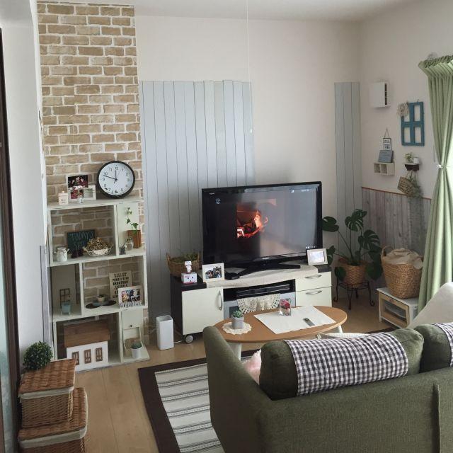 こちらはホワイトの自在シェルフがオシャレな飾り棚になっています。さわやかで可愛らしいお部屋ですね。
