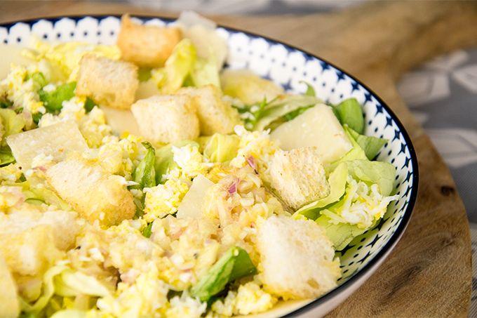 Recept Salade ei met parmezaan en botersla is een makkelijke salade die lekker is en simpel. De dressing is luchtig en licht.