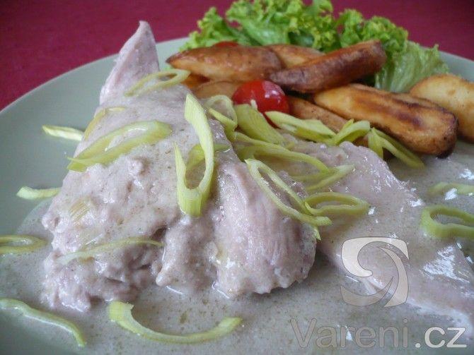 Dušené kuřecí plátky s jemnou smetanovo-pórkovou omáčkou podáváme s americkými bramborami nebo rýží.