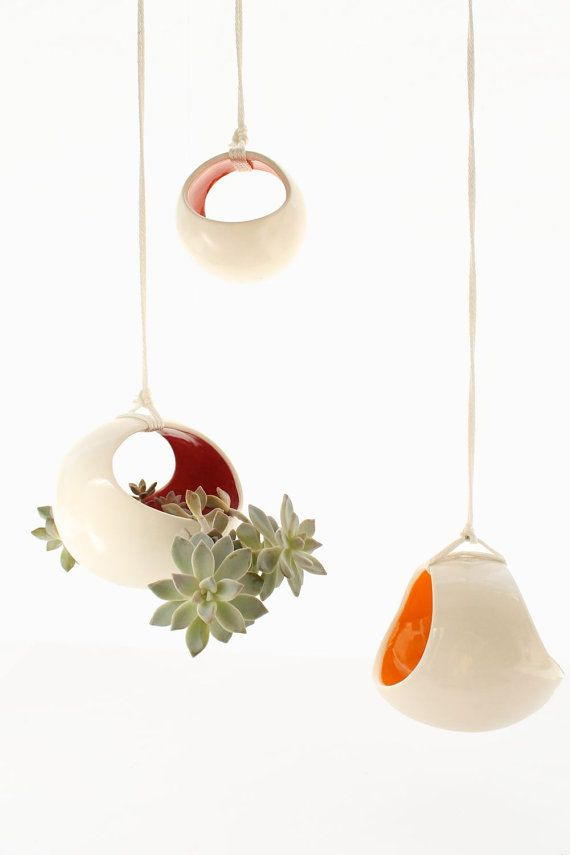 Un muy simple y llamativo, moderno, funcional Maceta colgante (o manzana) que se ve muy bien bajo un EVA o un porche cubierto. Esta jardinera hecha a