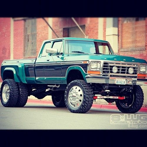 1978 Ford F250 4x4. Jesus, this is a beautiful dually. I'd give it a different set of mags though, but that thing is immaculate.