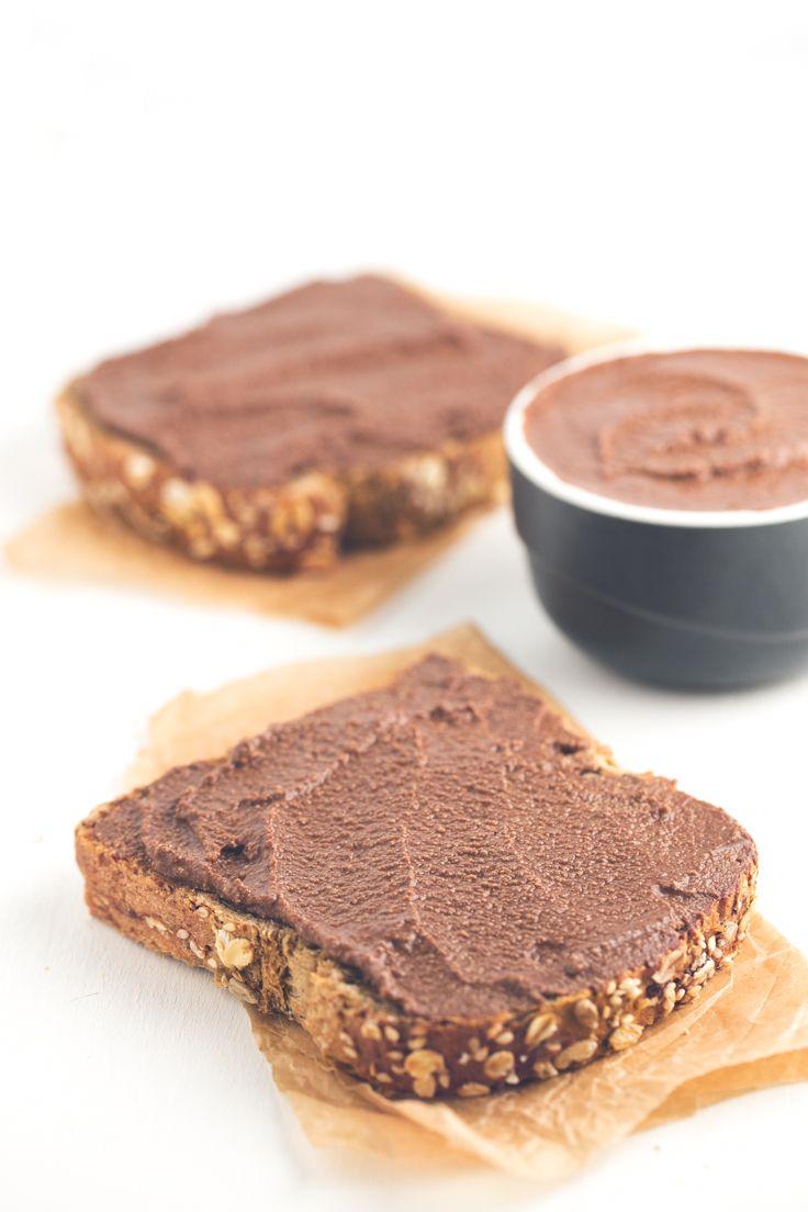 Sólo necesitas 3 ingredientes para preparar esta crema de chocolate vegana baja en grasa. Está riquísima untada en pan y es perfecta para hacer postres.