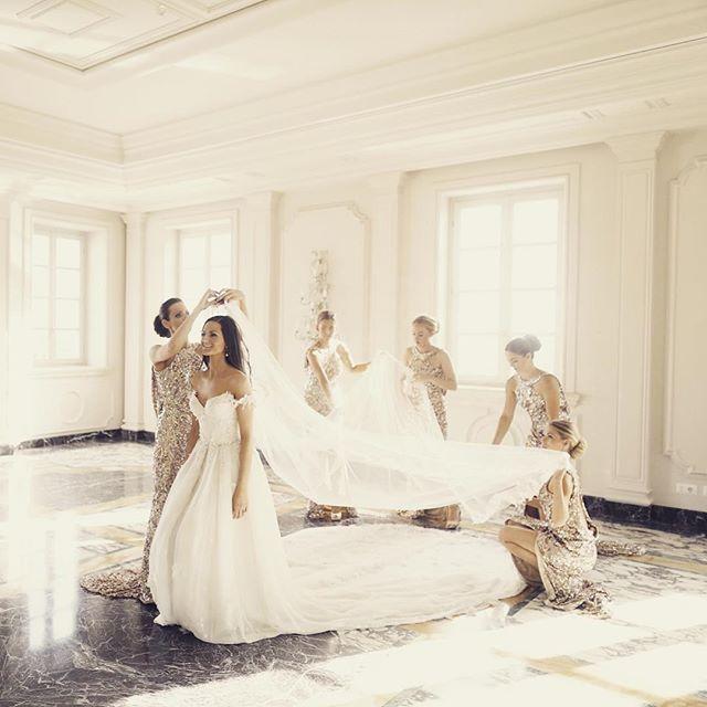 The bride getting ready <3 #Bride #bridalparty #Leilahafzi #Gold #bridesmaids #maidofhonor www.glennewedding.no