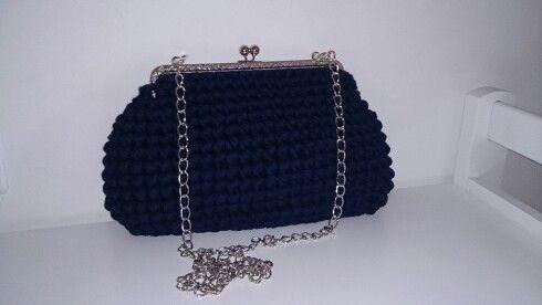 Bolso de crochet con trapillo azul.