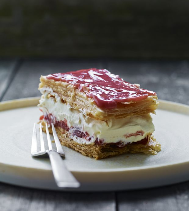 Napoleonskage lavet fra bunden er den perfekte afslutning på middagen – som en hyldest til mormor. Her har vi lavet den med rabarberkompot, vaniljecreme og glasur.