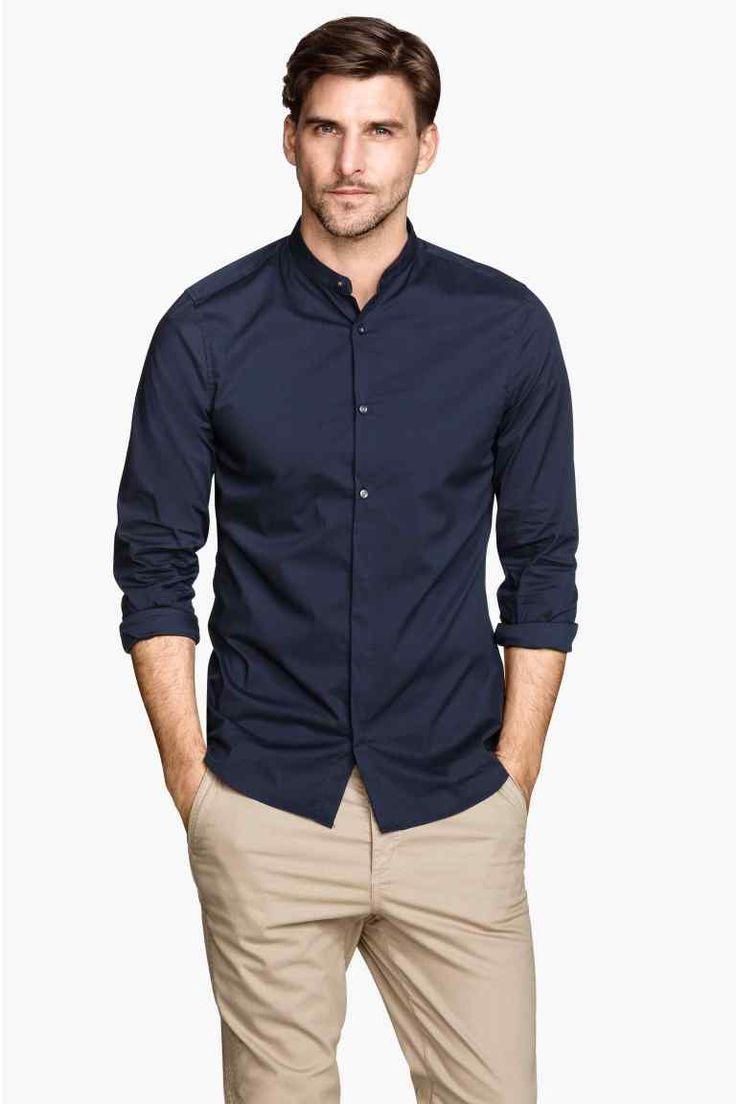Casual y clásico, camisa cuello mao en azul con pantalones beige.