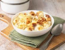 Einfach + günstig: Mit Käse überbackener Blumenkohl. Zutaten (für 4 Portionen):     weiche Butter, für die Formen     ca. 1 kg Blumenkohl     Salz     1 EL Butter     1 EL Mehl     200 ml Gemüsebrühe     200 ml Milch     Muskat     150 g geriebener Käse, z. B. Emmentaler