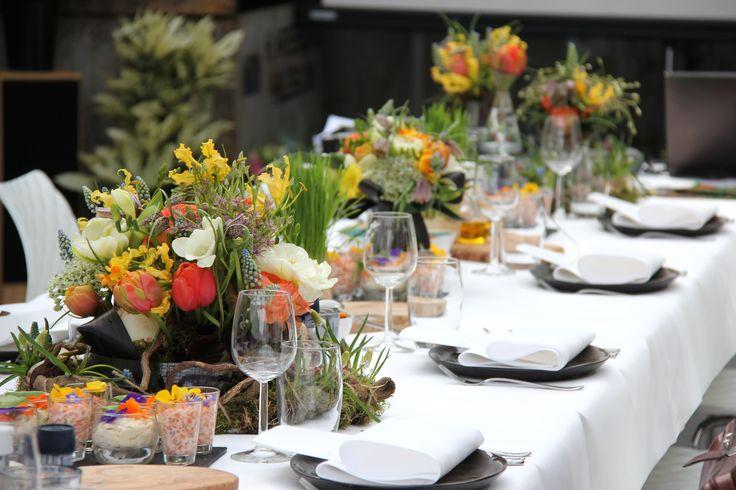 Prachtige bloemstukken van Keukenhof op tafel