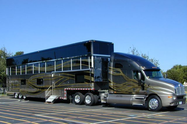 An Rv And A Kenworth Tractor Truck Sr Coisas