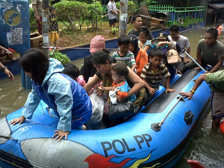 Residents are evacuated from their flooded houses in Bendungan Hilir, Central Jakarta, on board an inflatable boat (17/1/13) | © Lenny T. Tambun | JG Photo