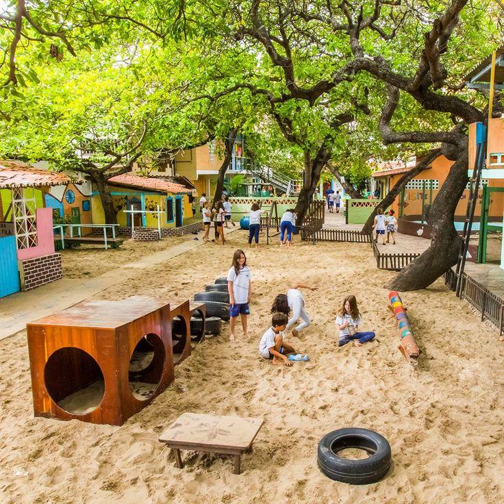 No pátio da escola, as crianças brincam ao ar livre.