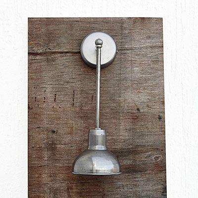 Szalenie oryginalny kinkiet w stylu Loft. Umiejscowienie żarówki inspirowane francuskimi lampami industrialnymi JIELDÉ.