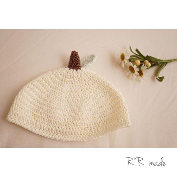 春から夏にかけて、赤ちゃんの日よけ対策や冷房対策にもぴったりのニット帽子を編んでみませんか?通気性の良いコットンの糸を使った、春夏用のベビー帽子の編み方・作り方をご紹介します。どんぐり帽子、くまさん帽子、つば付きの帽子など♡