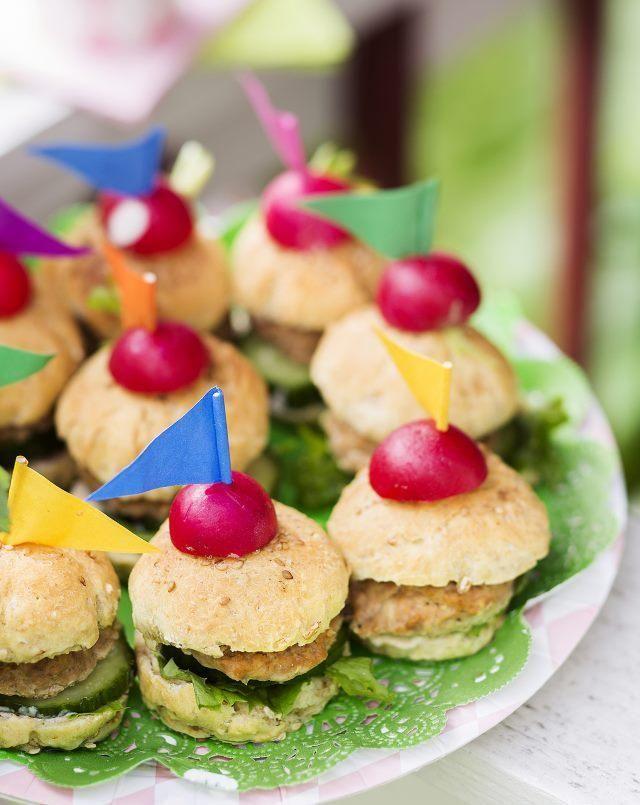 Tee lastenjuhliin hampurilaisia. Make minihamburgers to kids party. | Unelmien Talo&Koti Kuva: Johanna Myllymäki Toimittaja: Jatta Heinlahti