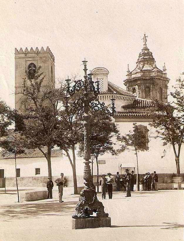Las hermosas farolas gigantes fernandinas q una vez estuvieron x Sevilla. Esta en la plaza de la Paja (Ponce de León)