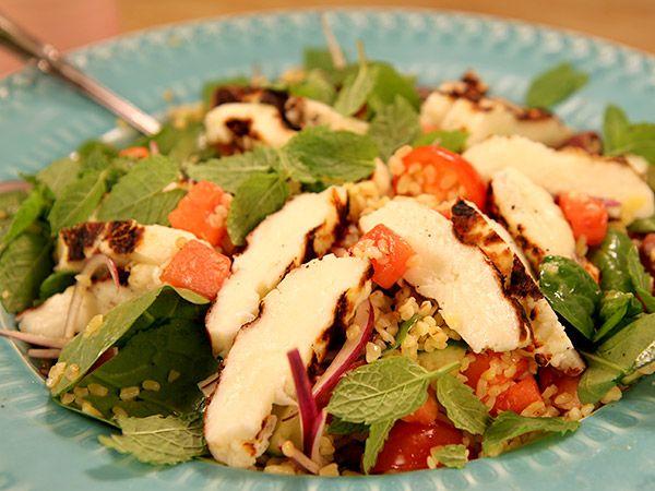 Bulgursallad med grillad halloumi och grönsaker | Recept.nu
