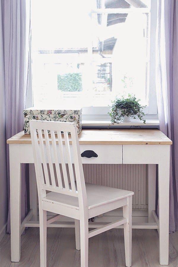 Litet skrivbord vid fönstret