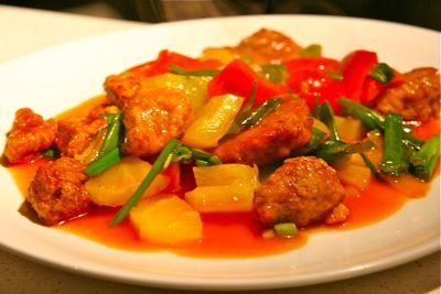 Ko lo yuk, of is het Koe loe yuk? In ieder geval is het een heerlijk Kantonees gerecht. Dit recept is afkomstig van een goed aangeschreven Chinees restaurant. Wanneer de instructies goed worden opgevolgd is het alsof het in China is klaargemaakt. Ko lo yuk met kip, dan heet het Ko lo kai.