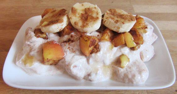 Kaneelyoghurt met gebakken appel, banaan en walnoten: heerlijk als ontbijt, tussendoortje of heel verantwoord toetje!