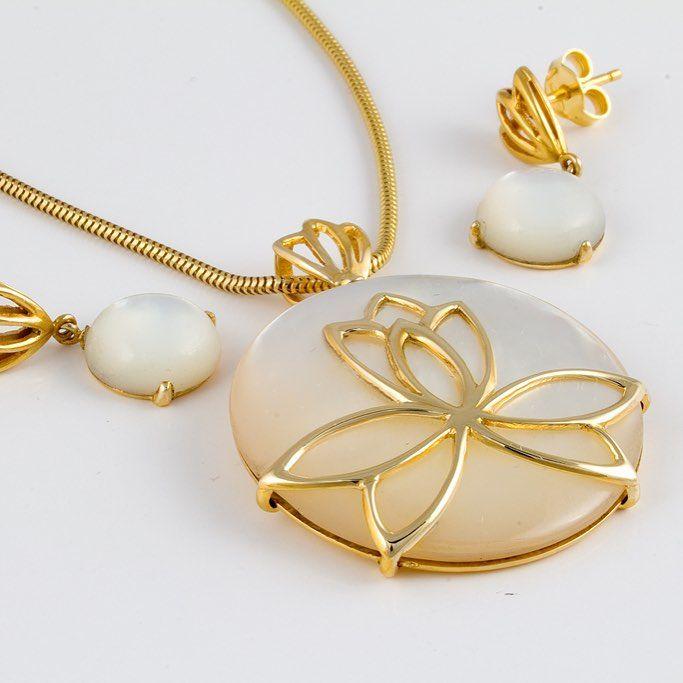 O bijuterie așa, precum o zi de sâmbătă, senină, liniștită, florală, însorită, iată o creație manufacturată a bijutierilor Sabion. Bijuterii cu suflet manufacturate în România. 