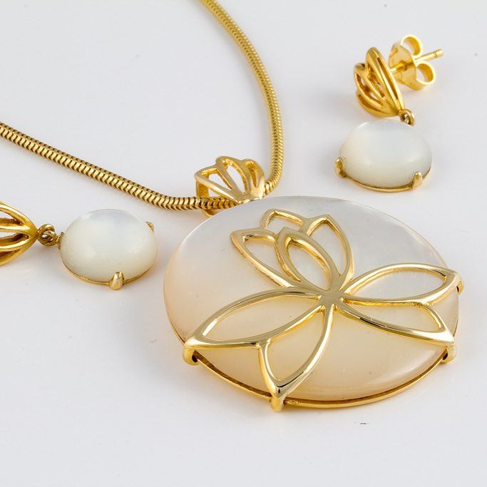 O bijuterie așa, precum o zi de sâmbătă, senină, liniștită, florală, însorită, iată o creație manufacturată a bijutierilor Sabion.|Bijuterii cu suflet manufacturate în România.|