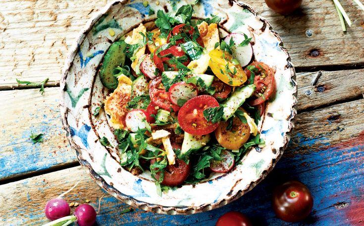Krokant pitabrood, sappige tomaten en knapperige komkommer en radijsjes maken van dit klassieke Libanese mezzegerecht een overheerlijke salade. Serveer de fattoush als lichte maaltijd of bij gebraden lamsvlees.