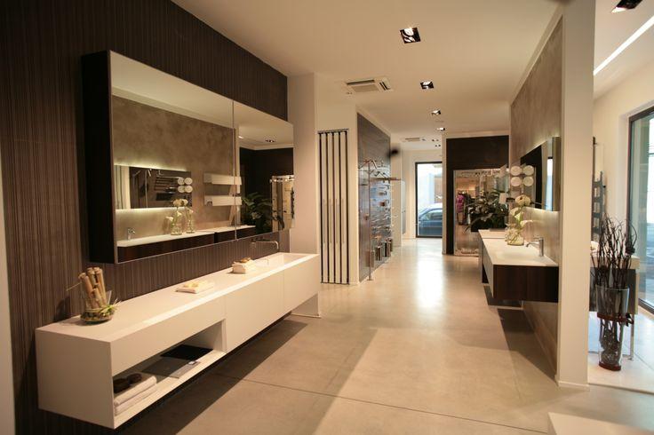 Mobili da bagno, accessori da bagno, specchio contenitore, pavimento cemento industriale. www.stanzedautore.it