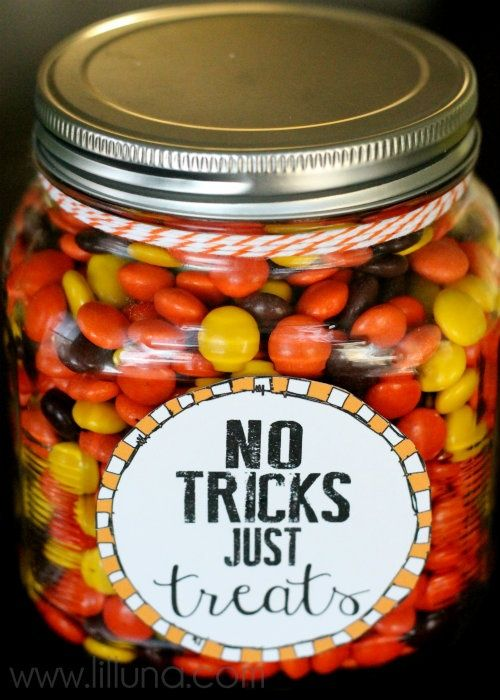 No Tricks, Just Treats Jar. Free printables - perfect for a Halloween neighbor or teacher gift! #halloween