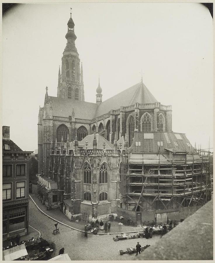 Breda. Grote kerk. 1926. Zeer bijzonder is de Prinsenkapel met zijn met bladgoud beklede plafond, waar de voorvaderen van ons Koninklijk Huis begraven zijn.