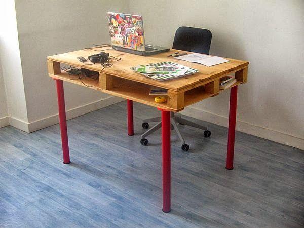 Un bureau en palette et des pieds rouges