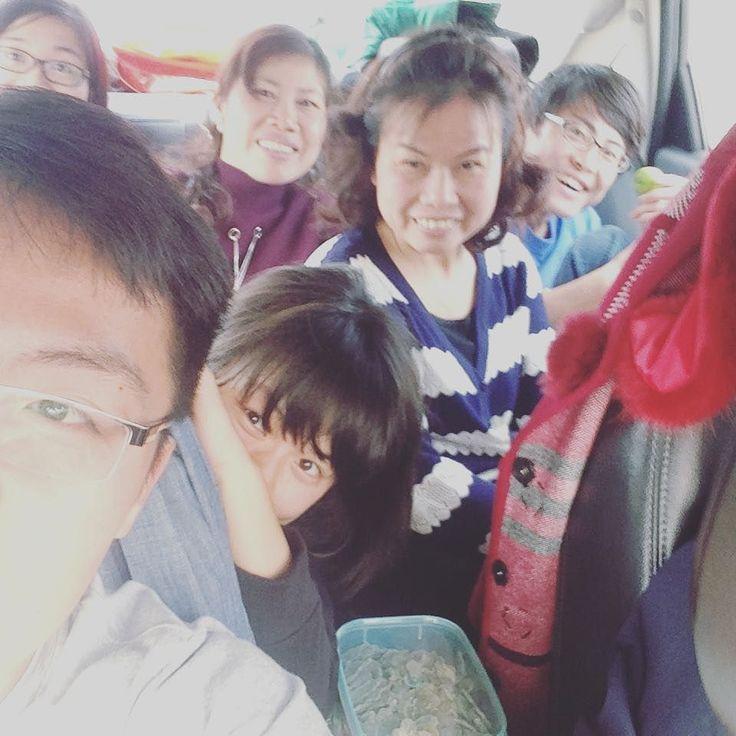 モマれて何時間ベトナム人のファミリーになってしまって三時間以上が経過  旧正月をベトナムの友人の両親の故郷で過ごすということで里帰りに誘われ今ここに  五人乗りの車に大人が7人乗るという混み具合で  東京の満員電車以上にドライブの楽しさを120% 満喫してしまっています  追伸  丸まりすぎてあしがつりそう...笑   #cocoacana #テト #teto #vietnam #旧正月 #里帰り #ベトナム #旅行記 #ドライブ #発見 #家族 #family #観光 #旅行 #旅 #自分磨き #ここあかな #taiwasato