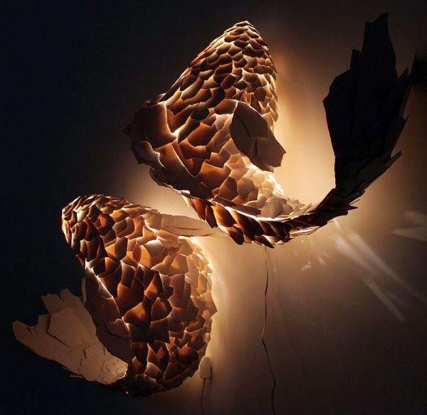 escultura alumbrada en el interior con forma de pez diseñado por Gehry Partners de formica.