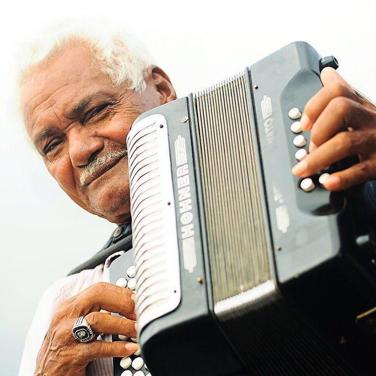 """""""Sólo al pie de tu ventana voy a tocar mi acordeón para hacerte mas feliz"""" Aniceto Molina  El vallenato Patrimonio cultural inmaterial de la Unesco. #syouandcolombia #walkwithus"""