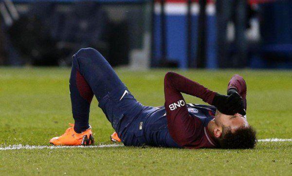 Neymar será operado y estará parado dos meses  Foto Archivo  El crack brasileño quien el domingo sufrió un esguince de tobillo y la fisura del quinto metatarsiano de su pie derecho cuando se disputaba el partido entre el PSG y el Olympique de Marsella pasará por el quirófano para someterse a una cirugía por lo cual estará de baja los próximos dos meses.  De este modo Neymar no podrá estar para el PSG ante Real Madrid el próximo 6 de marzo en París en el partido de vuelta de los octavos de…