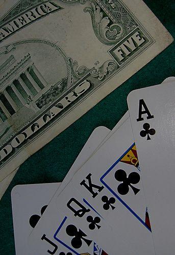 Una partida de poker, sivio para tirar unas cartas, unos pocos pesos, beber algo y por supuesto una foto, esta:   The planet most comprehensive on-line casino. - http://www.playdoit.com/