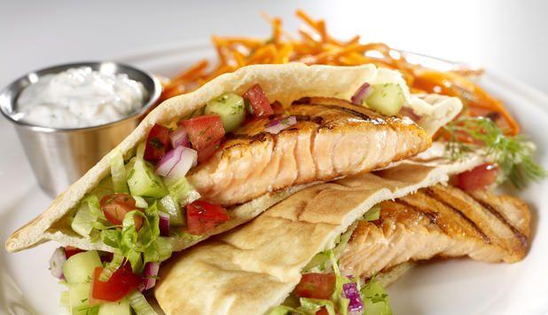 Når du legger grillet laks i pitabrød, gir du hele familien en ny favoritt til grillmiddagen. I pitabrødet fyller du også deilig salat med friske urter. #fisk #oppskrift