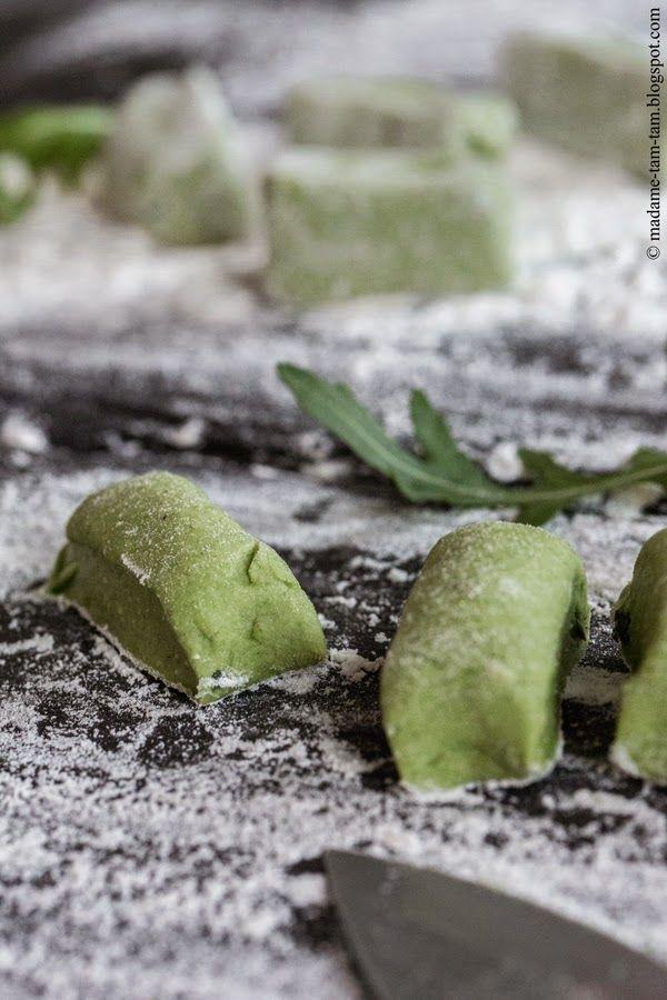 Spinat-Gnocchi  Eine meiner absoluten Lieblingszeitschriften (hier) hat wieder den Weg zu mir gefunden. Schon bei der Durchsicht lief mir das Wasser im Mund zusammen … na – eigentlich war es ja schon fast ein Wasserfall :))) . So viele unbeschreiblich leckere Rezepte auf einem Haufen. Herstellung von Spinat-Gnocchi  Herstellung von Spinat-Gnocchi Völlig ... weiterlesen