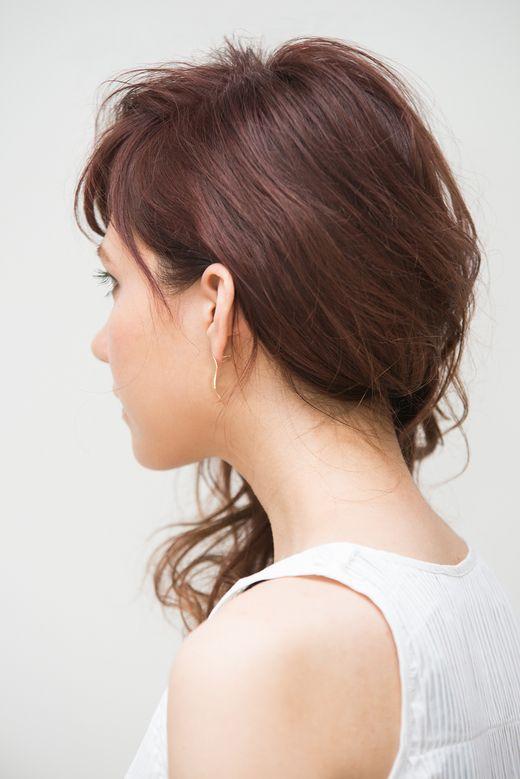 「ワンサイド」とも呼ばれる髪の毛を片方に寄せる「片寄せヘア」、カジュアルにもキレイめにも、そして浴衣姿にも似合う万能なアレンジです。女優さんたちもされてて、特別なアレンジ方法がありそうですよね。実は、ピン1本でできるアレンジなんです。